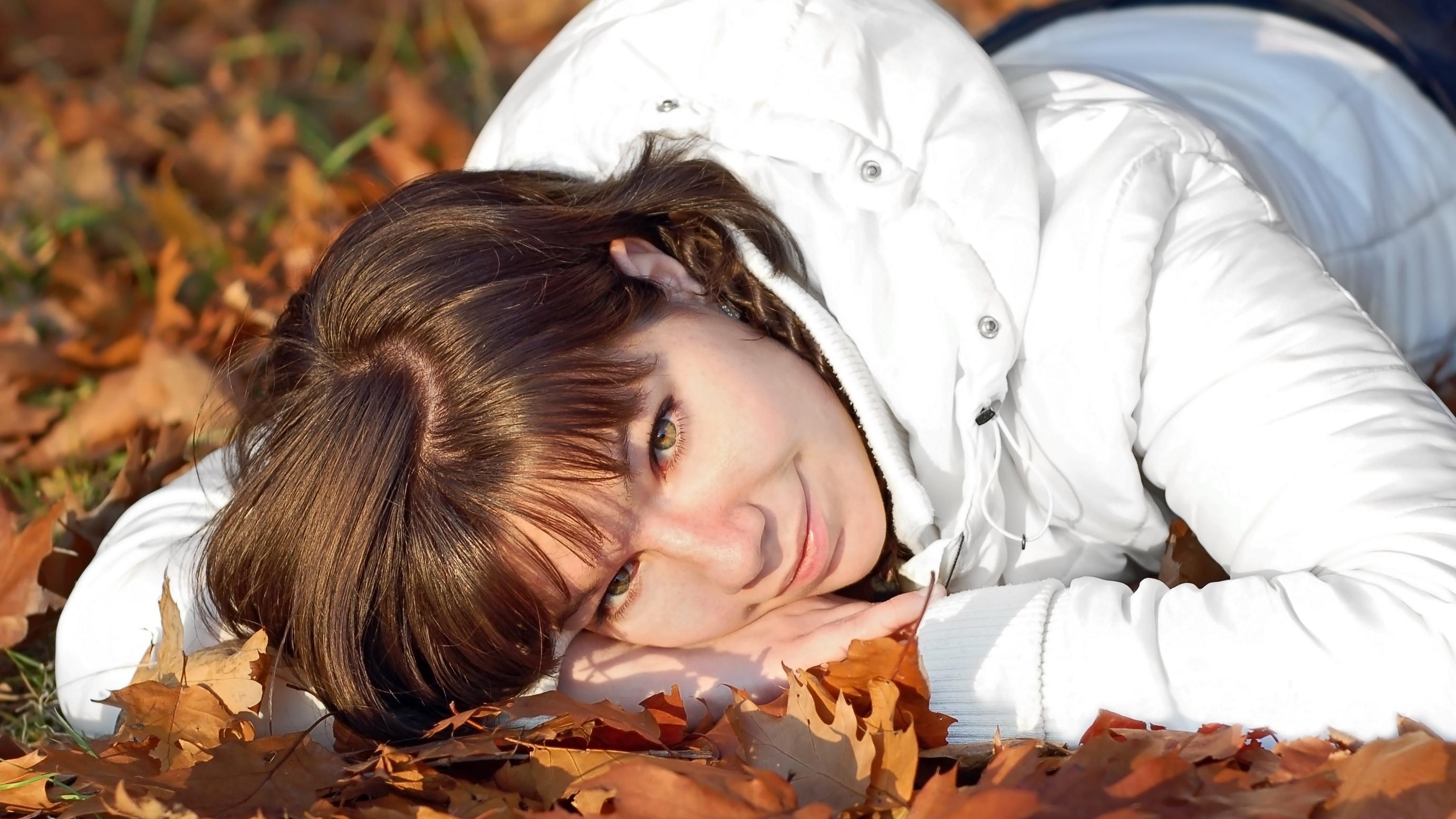 Kvinde i efterårsbrune blade