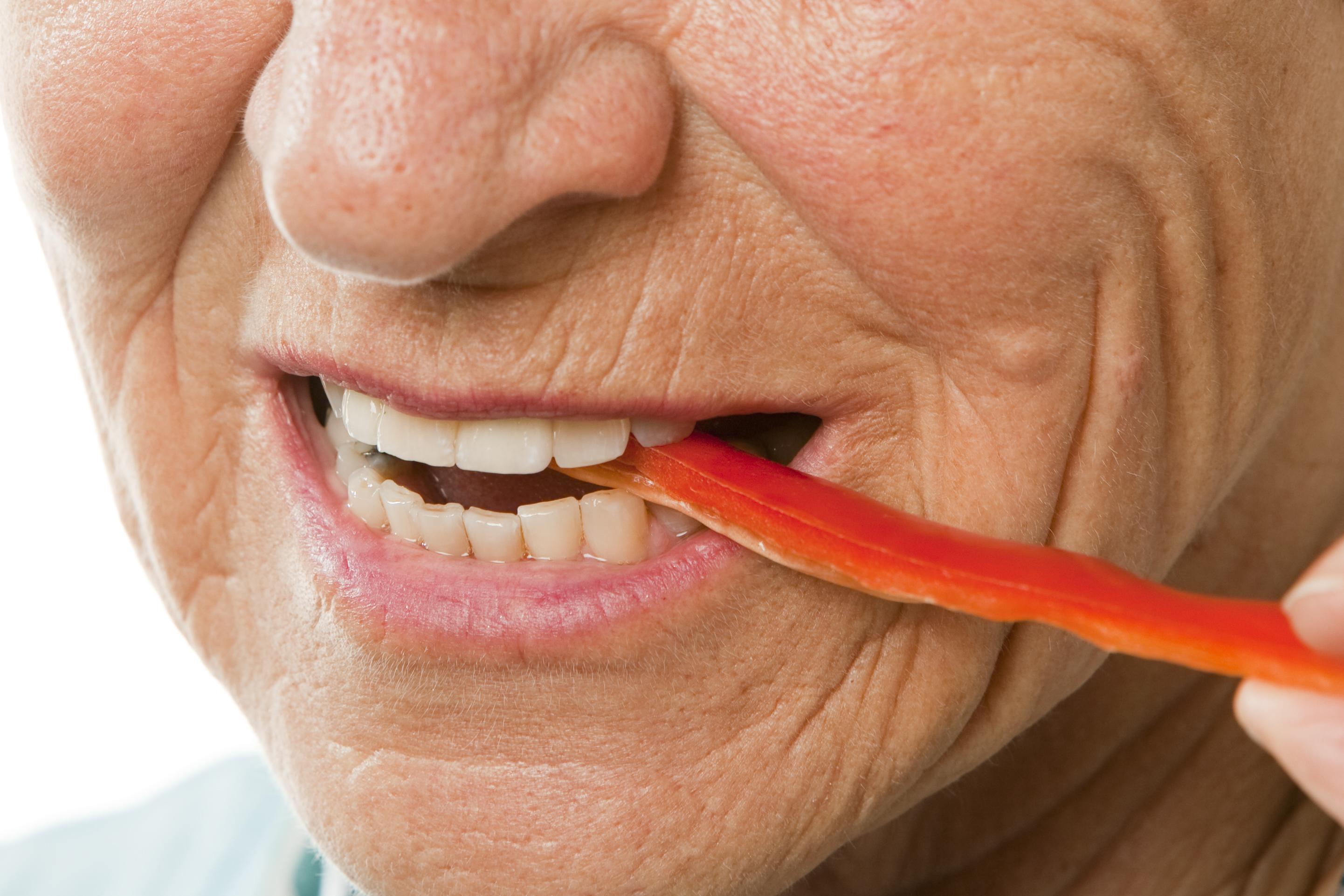 Kvinde tager en bid peberfrugt