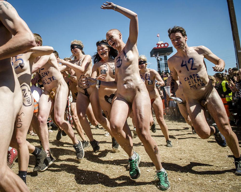 nyheder kultur roskilde billeder baller bryster og dillere i hoej fart paa roskilde festival