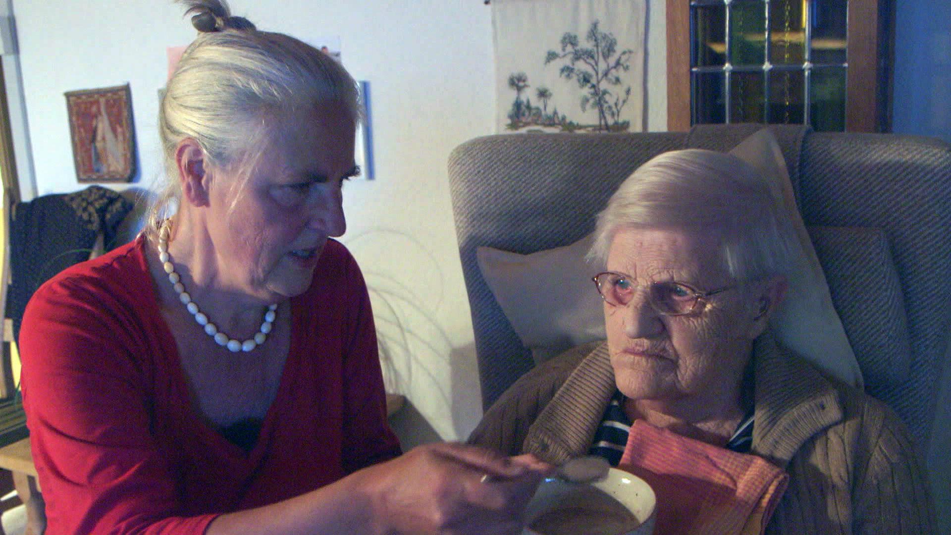 Mette må droppe ferie og fødselsdage for at passe sin 90-årige mor | Indland | DR