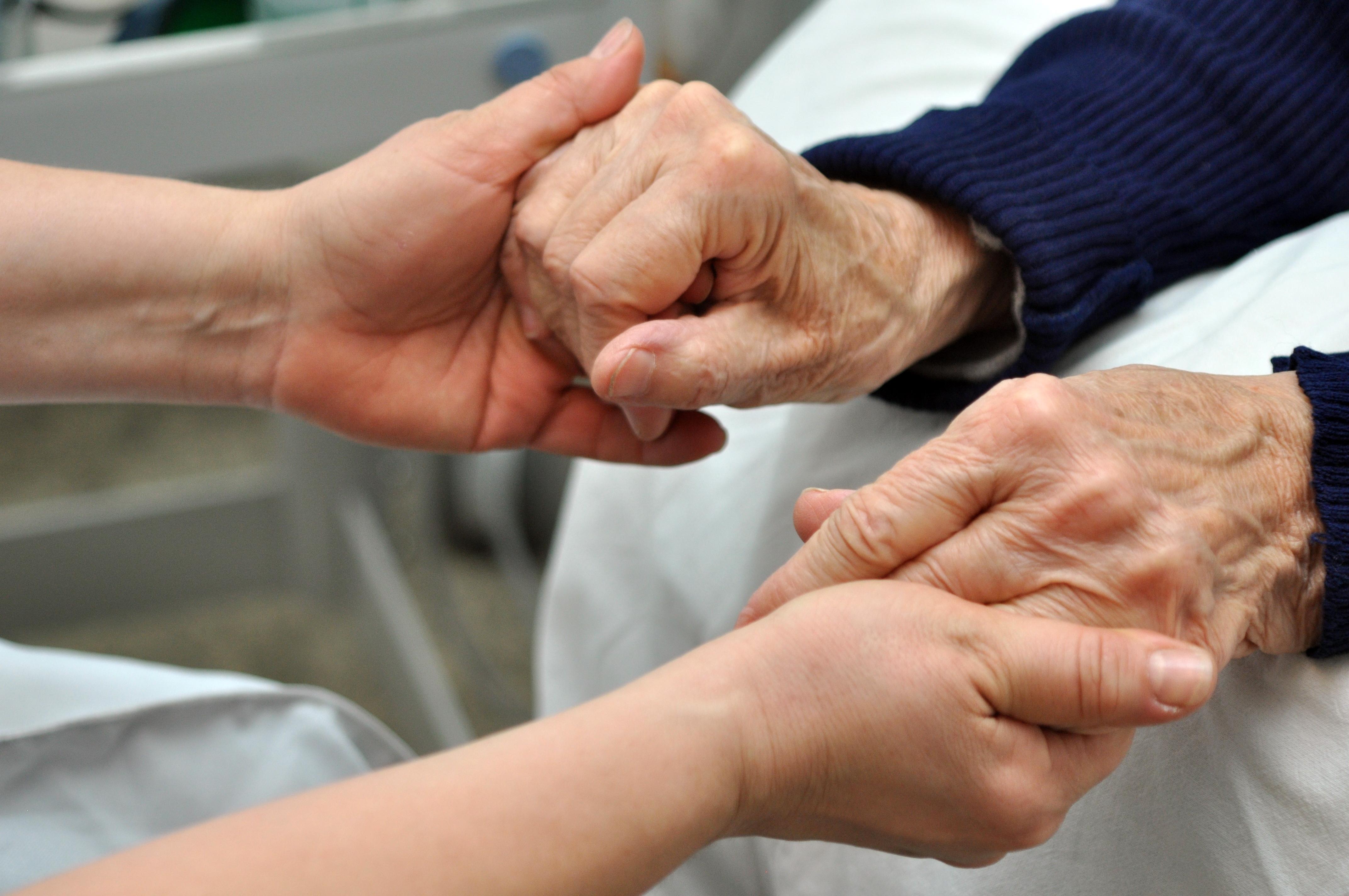 ældre hjælp hænder hjemmehjælp indlagt