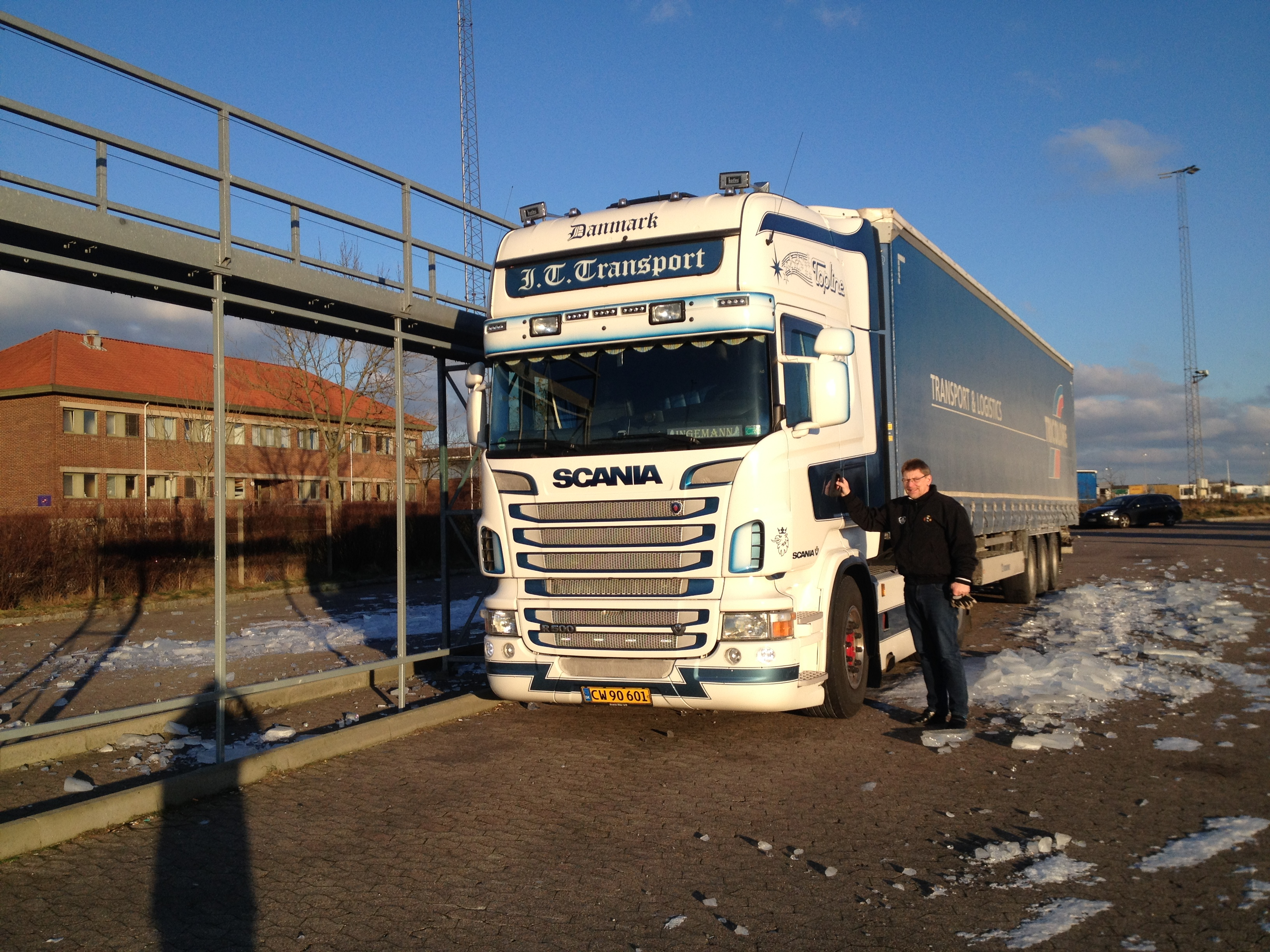 Ved såkaldte snebroer kan chaufførerne af-ise lastbilerne.