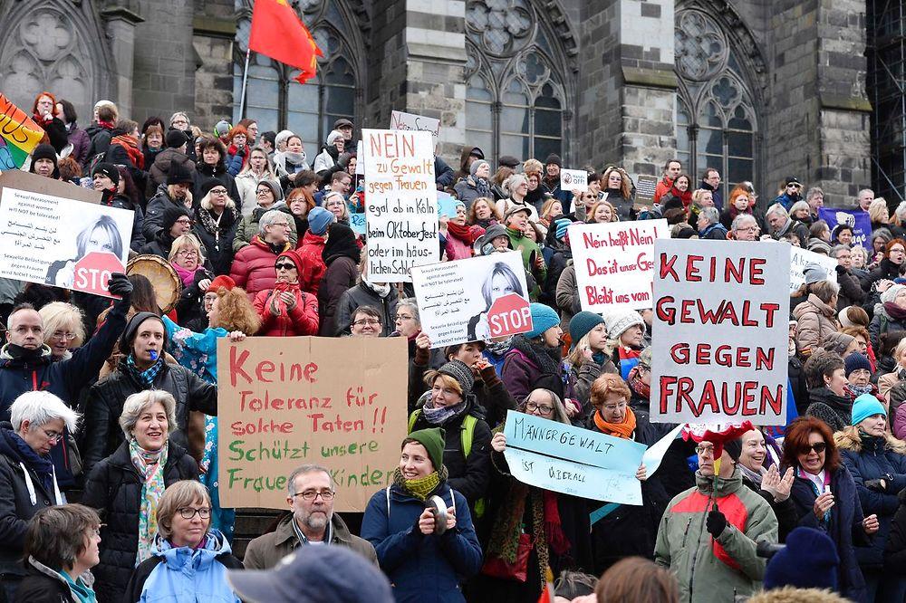 nyheder udland hundredevis af kvinder demonstrerer i koeln