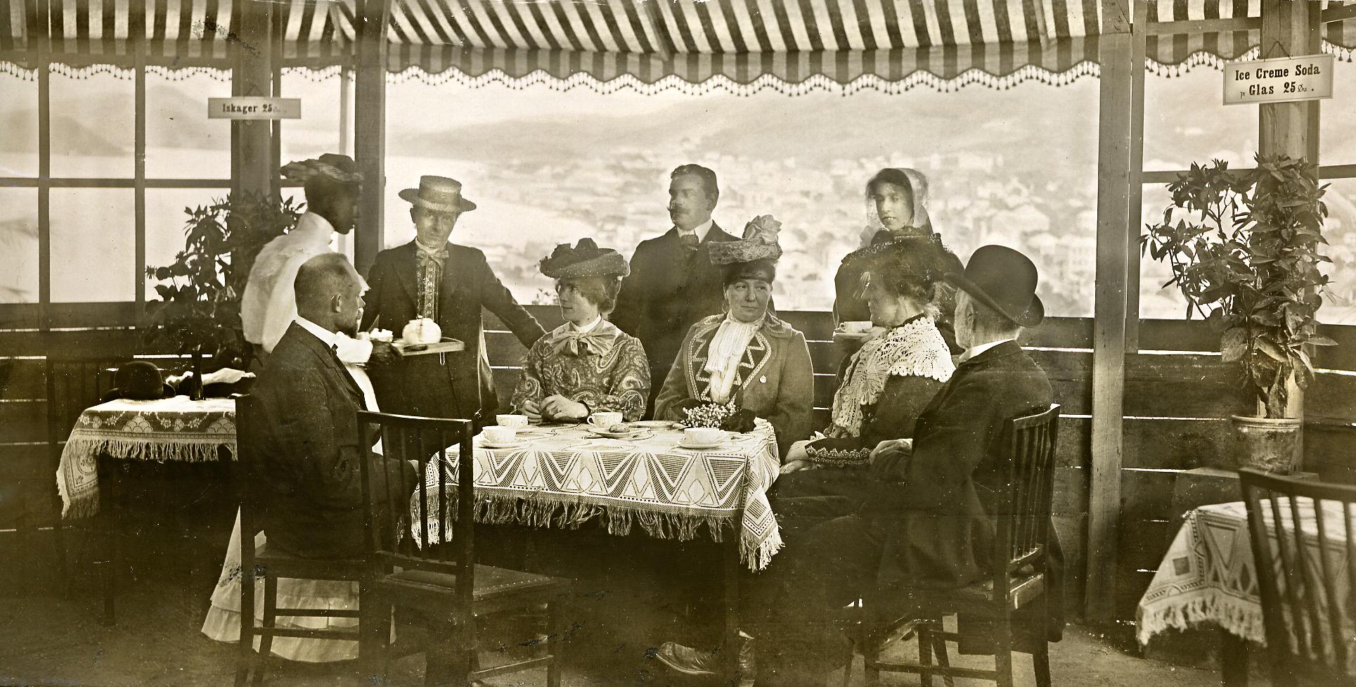 henriette_jensen_i_pavillonen_i_koloniudstillingen_1905.jpg