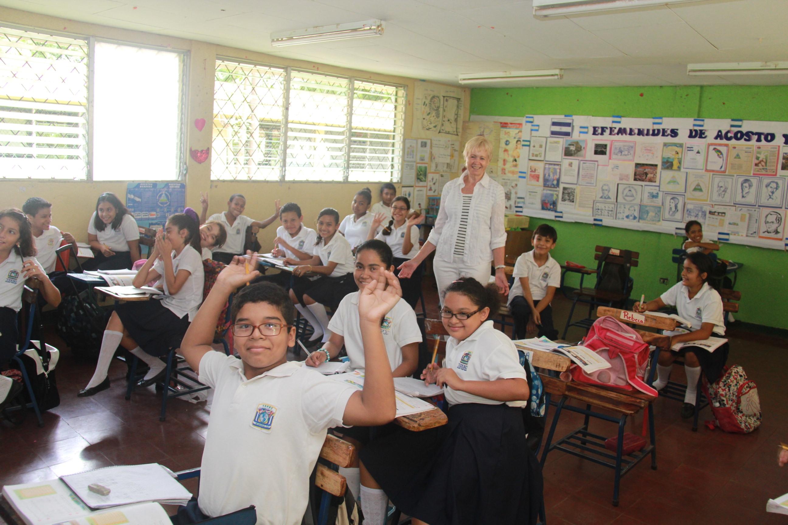 nicaragua_skoleklasse_med_glade_boern_og_tv.jpg