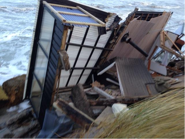 Nedstyrtet sommerhus ved Nørlev Strand 2