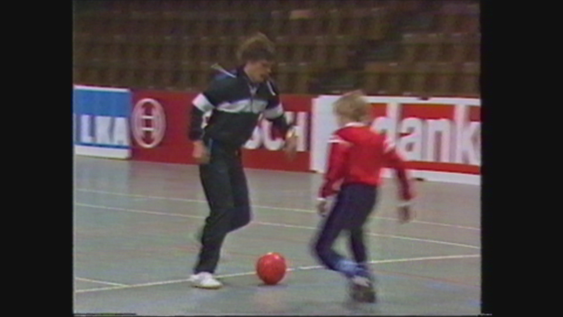 Frank Arnesen dribler uden om en ung dreng.