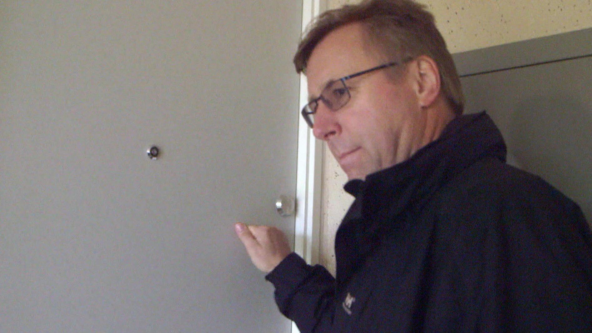 Kundechef Kurt Jørgensen banker på hos de beboere, der ikke har betalt husleje.