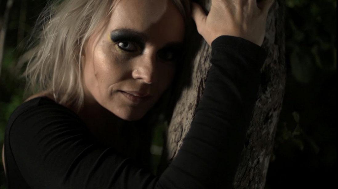 Mærk Mørket - kvinde og træstamme
