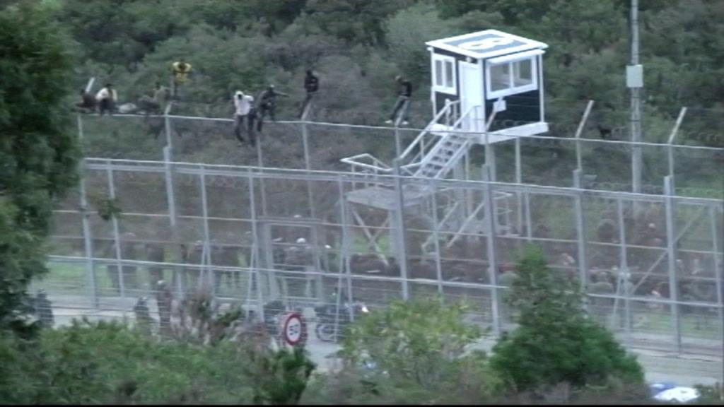 migrants_cross_border_fence_00011705.jpeg