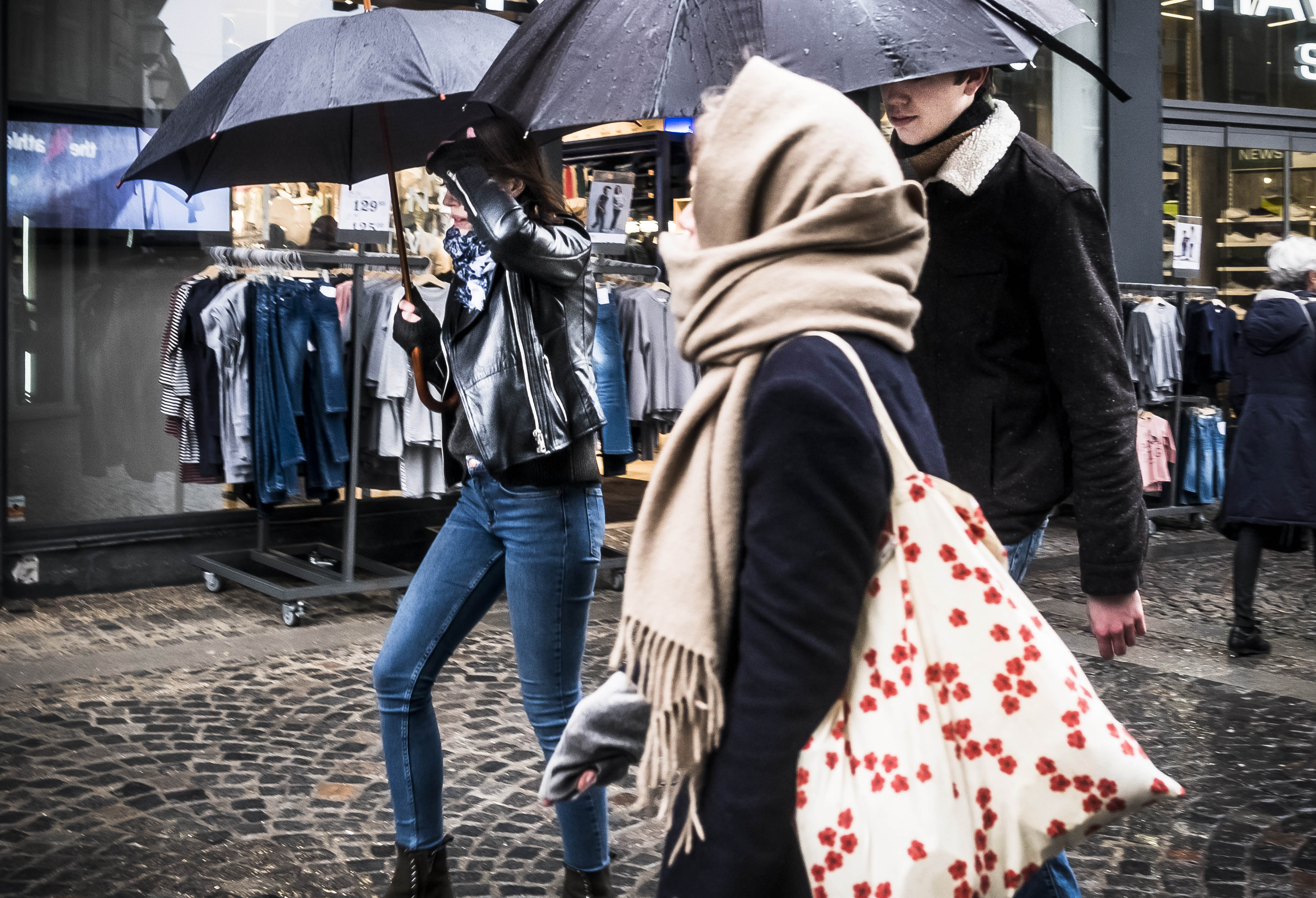 Paraply og frakke