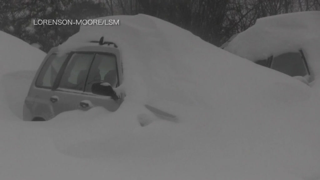 9228325_mbau_us_cars_buried_in_snow-12.29.30.18.jpeg