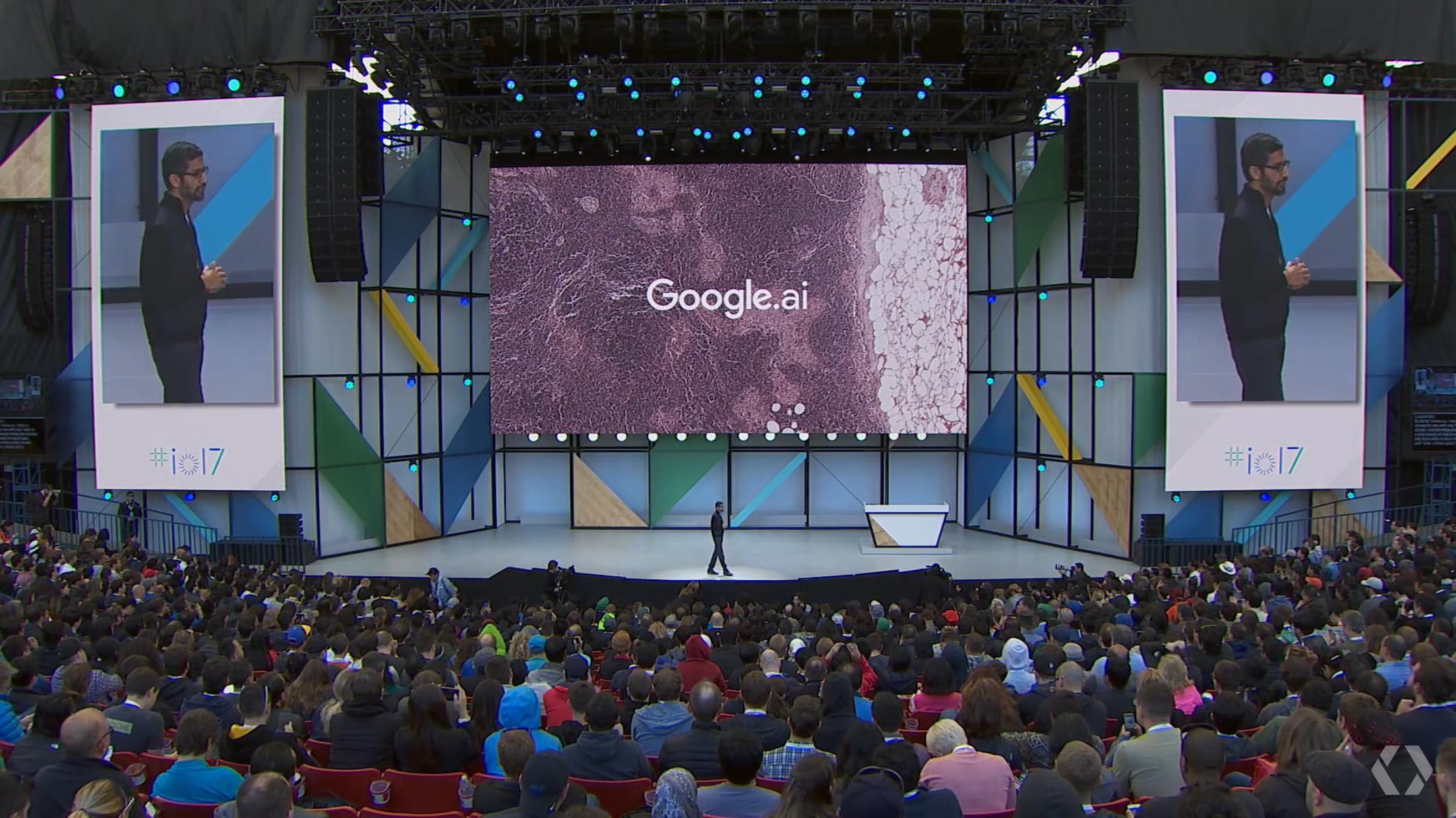 Googles Sundar Pichai på scenen ved Google I/O 2017
