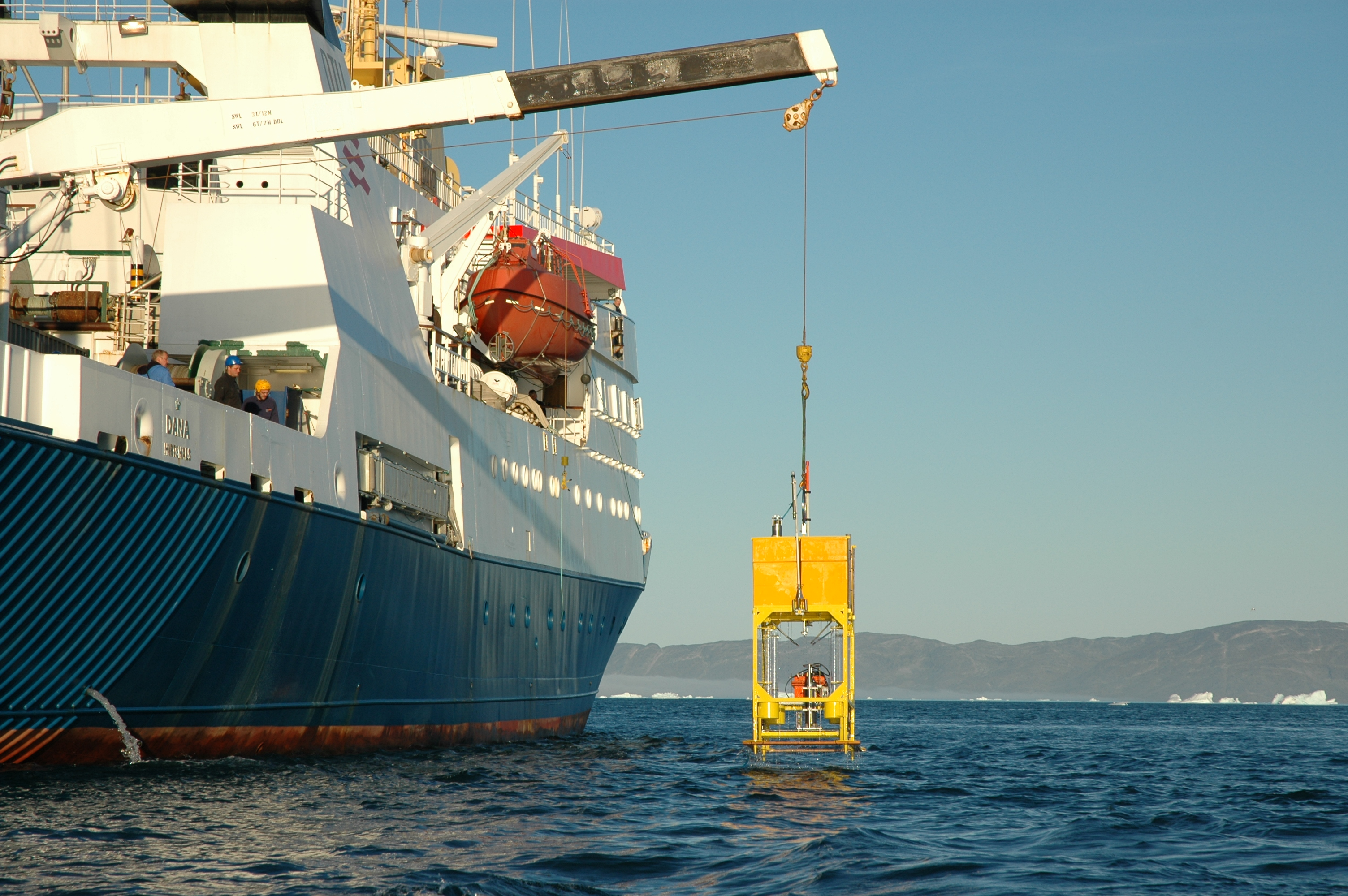 Prototype på autonom ubåd hales op efter tidligere testdyk. (Foto: Glud & Rysgaard)