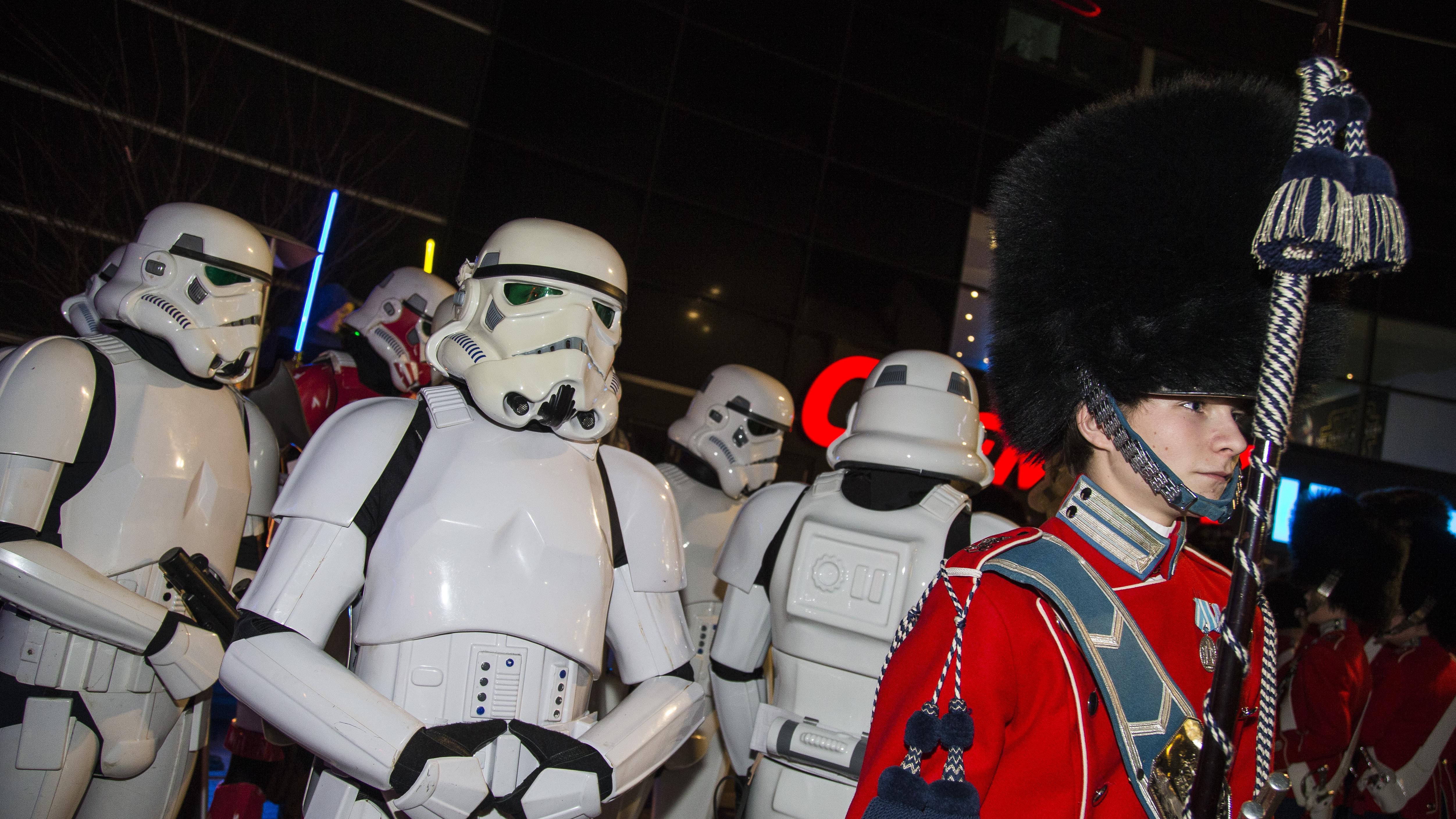 BILLEDER Star Wars-fans og danske kendisser til gallapremiere | Kultur | DR