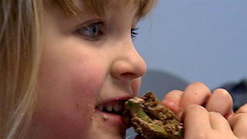 Barn spiser leverpostejmad