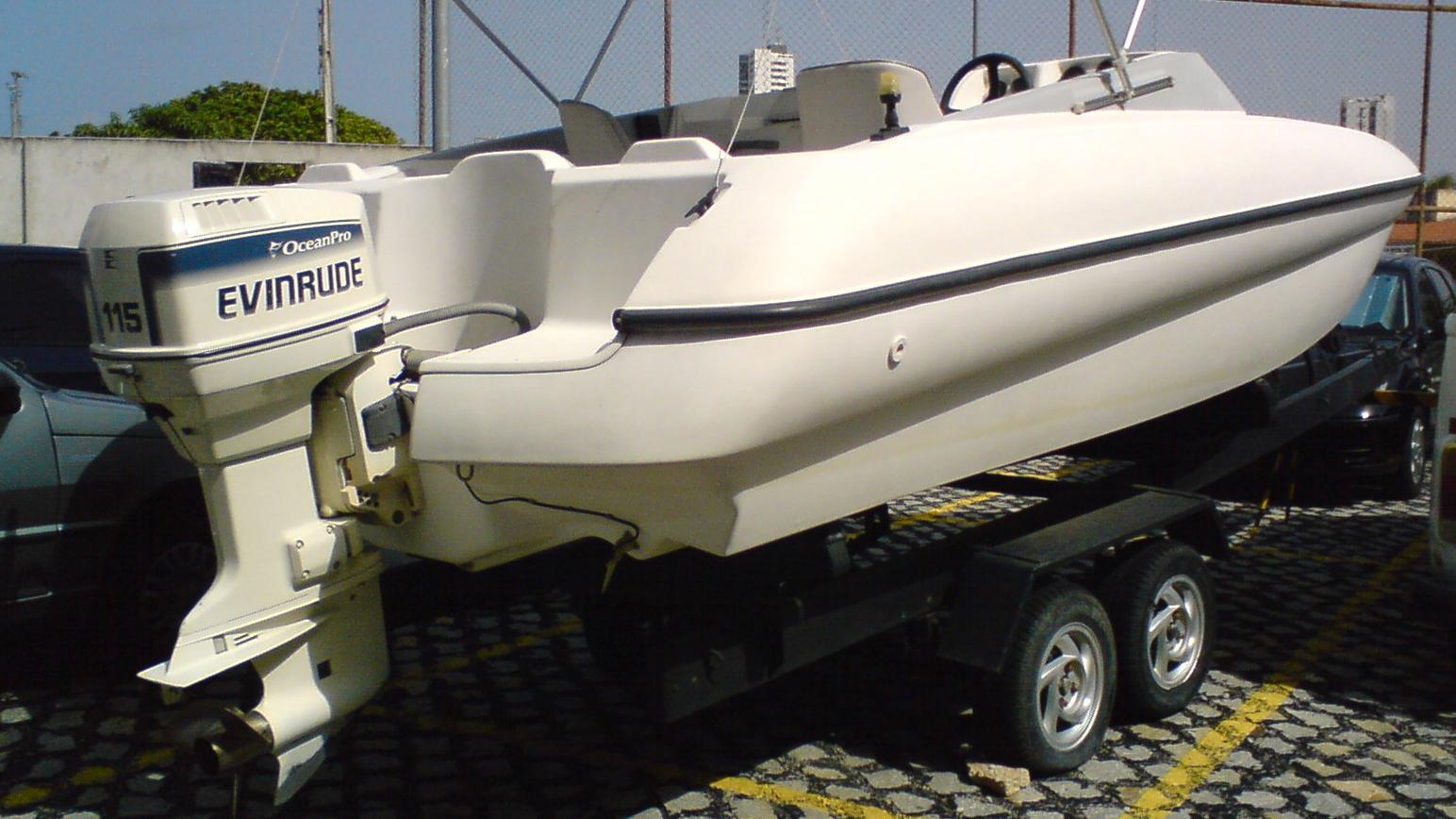 Båd med påhængsmotor