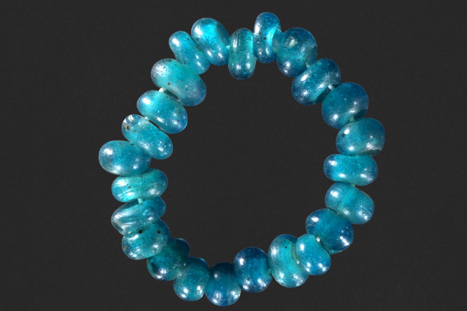 44 tyrkisblå perler fundet nord for Struer