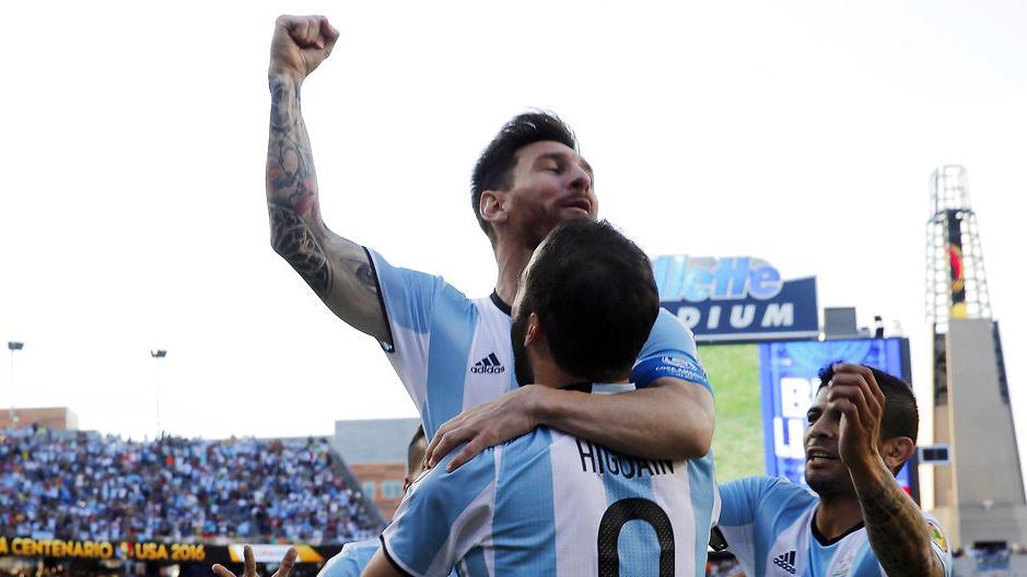 Lionel Messi med Gonzalo Higuain under Copa America.