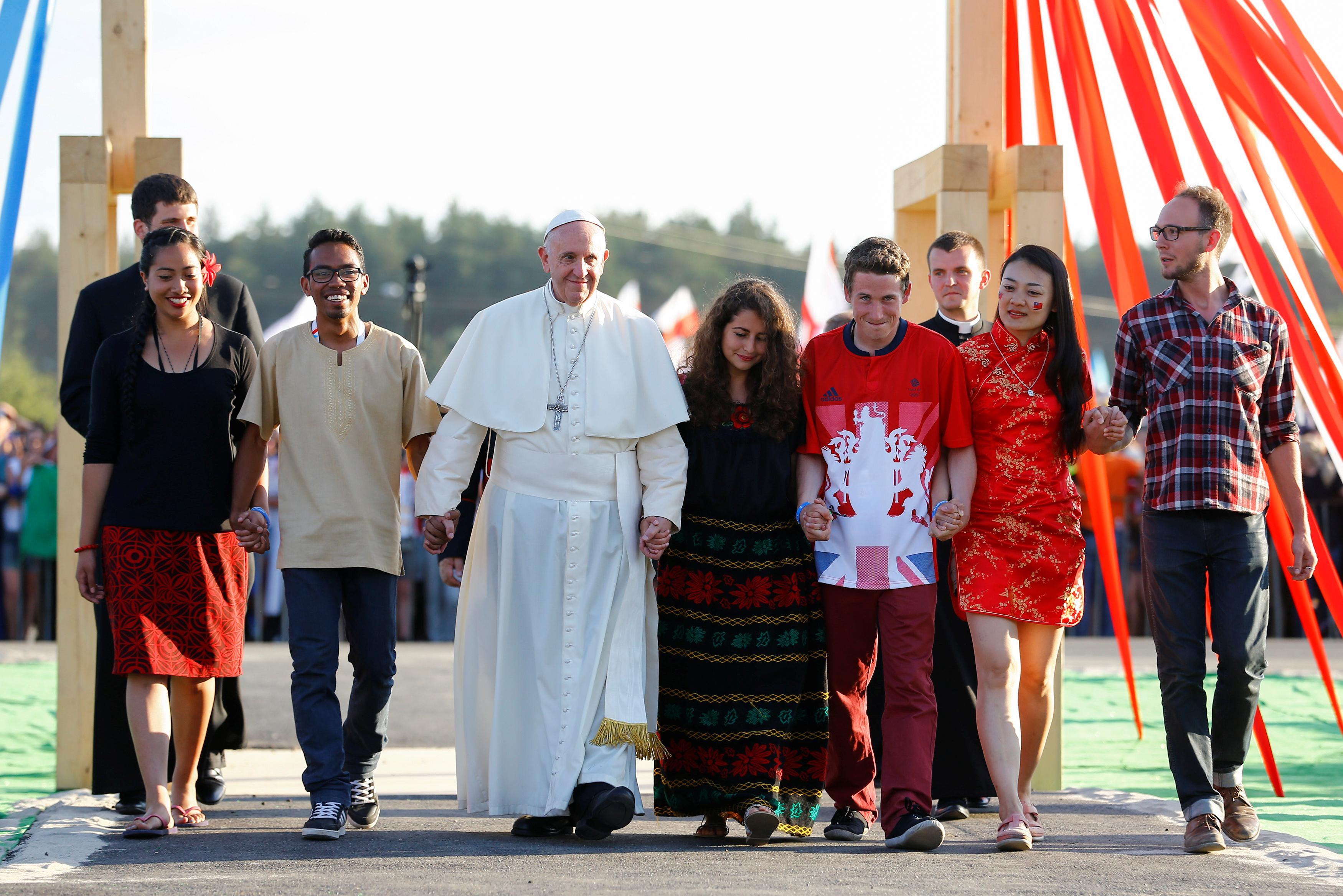 Billeder tusindvis af pilgrimme hylder paven i krakow - Papa francesco divano ...