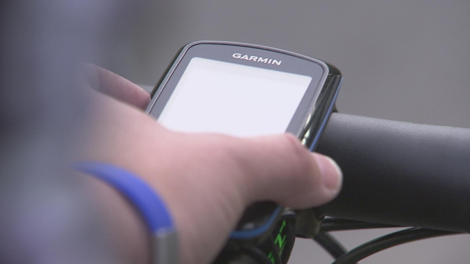 Cykel-GPS betjenes af ung kvinde