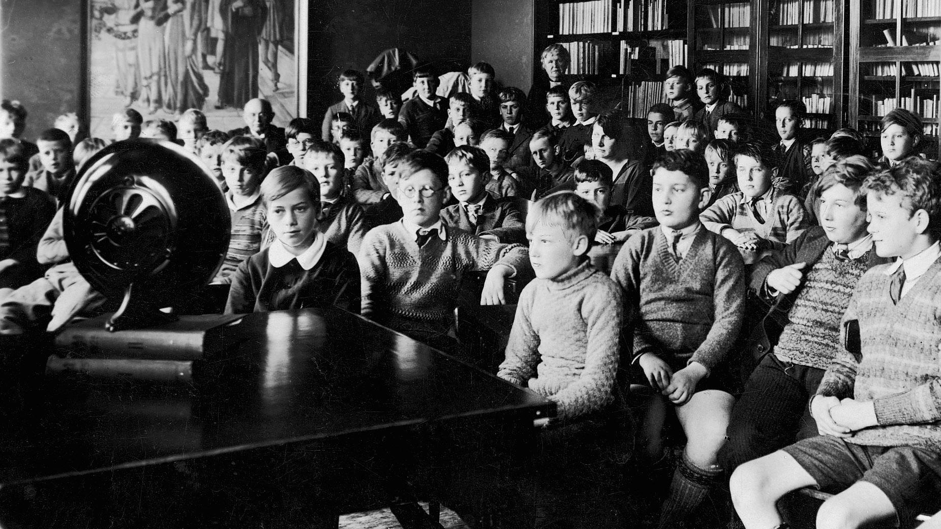 1927_-_skoleradioen_begynder_at_sende_-_se_dokument.jpg