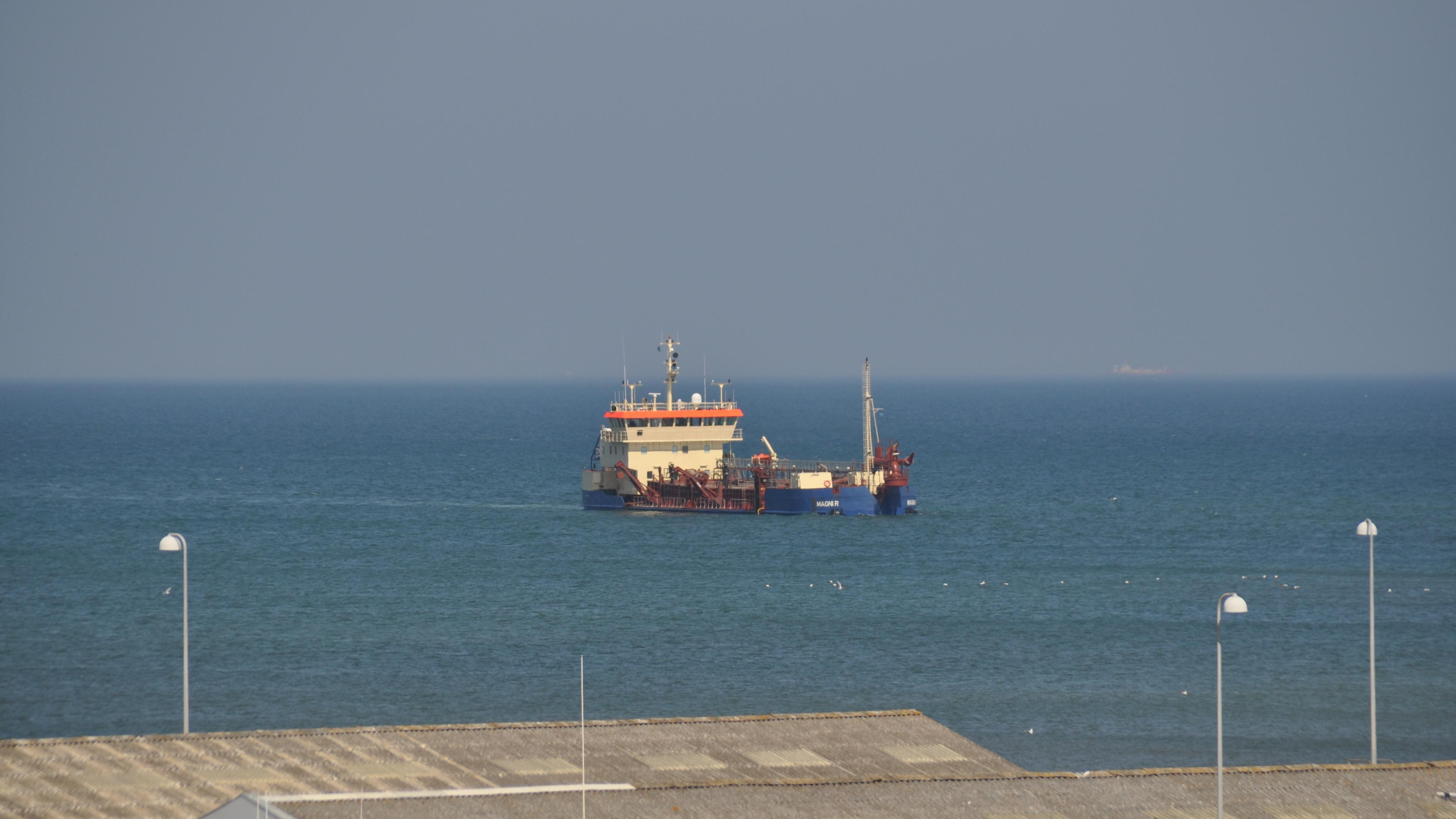 Sandsugning ved sejlrenden til Hirtshals Havn.