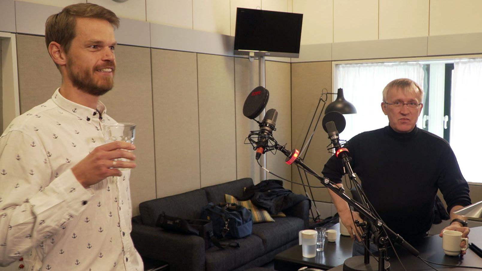 Professor i psykologi Svend Brinkmann (tv) i studiet med robotforsker Henrik Iskov Christensen.