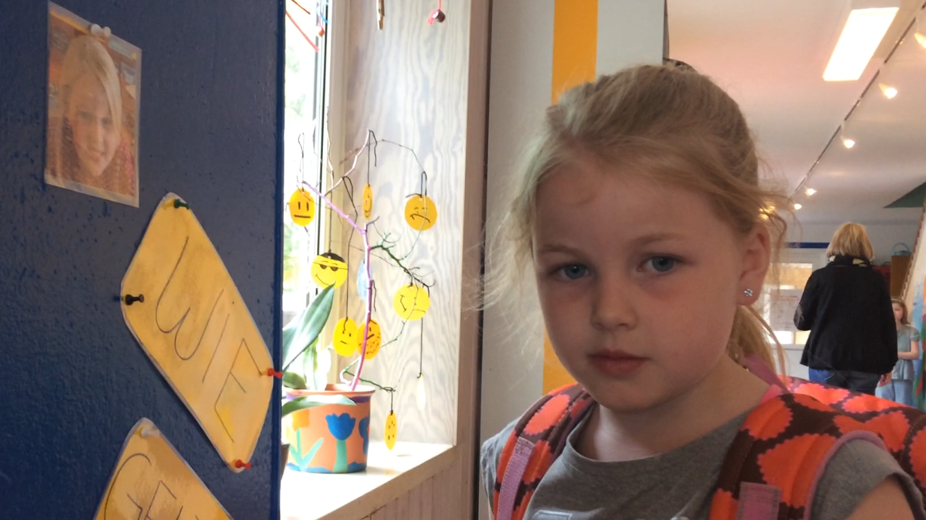 Marie er en af eleverne, der hver dag skal sætte sit billede under den smiley, der passer til hendes humør.