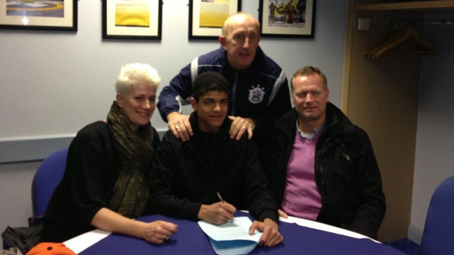 Philip Billing underskriver kontrakt i Huddersfield