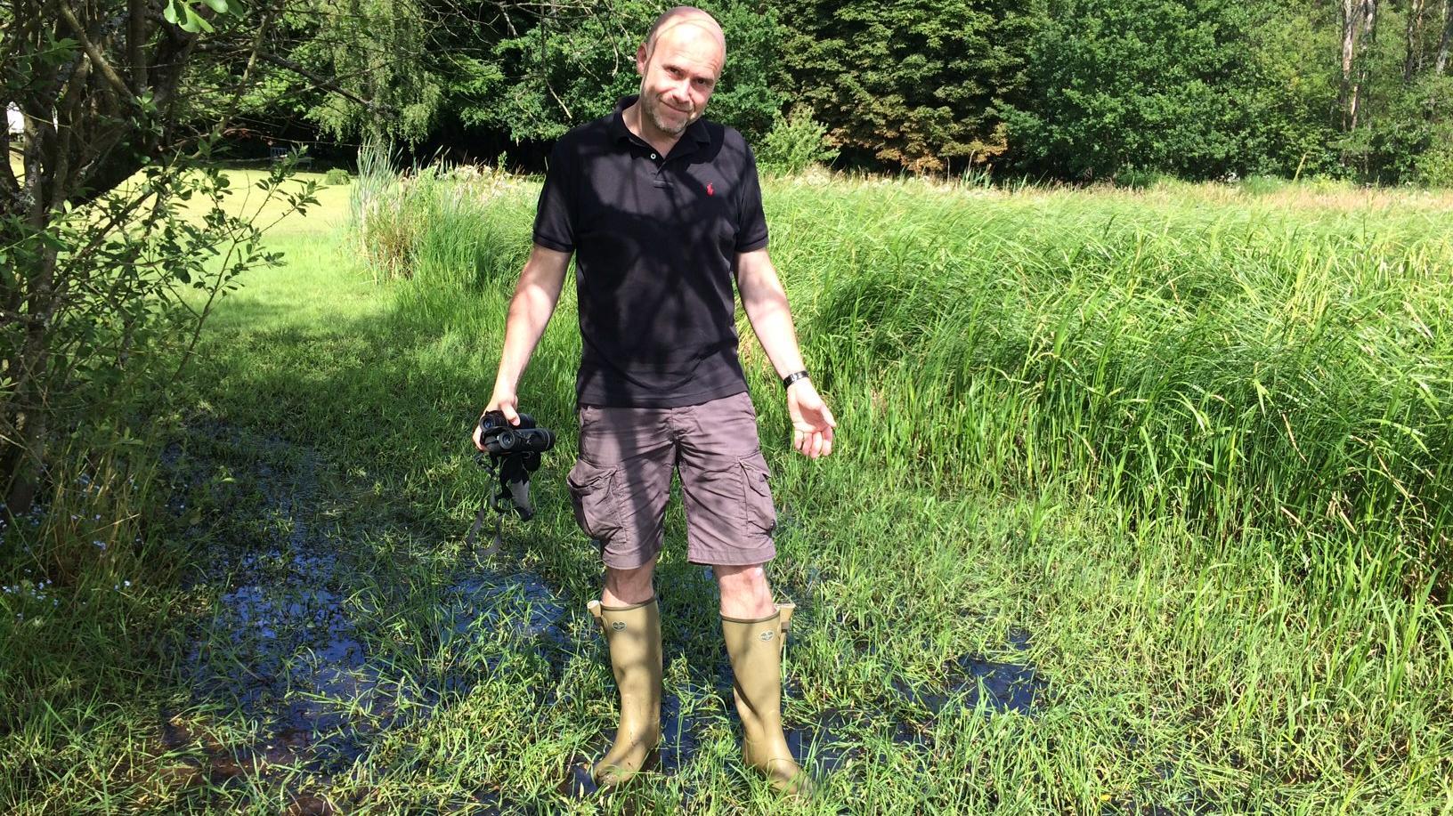 Jarl Gorridsen i oversvømmet have ved Ans