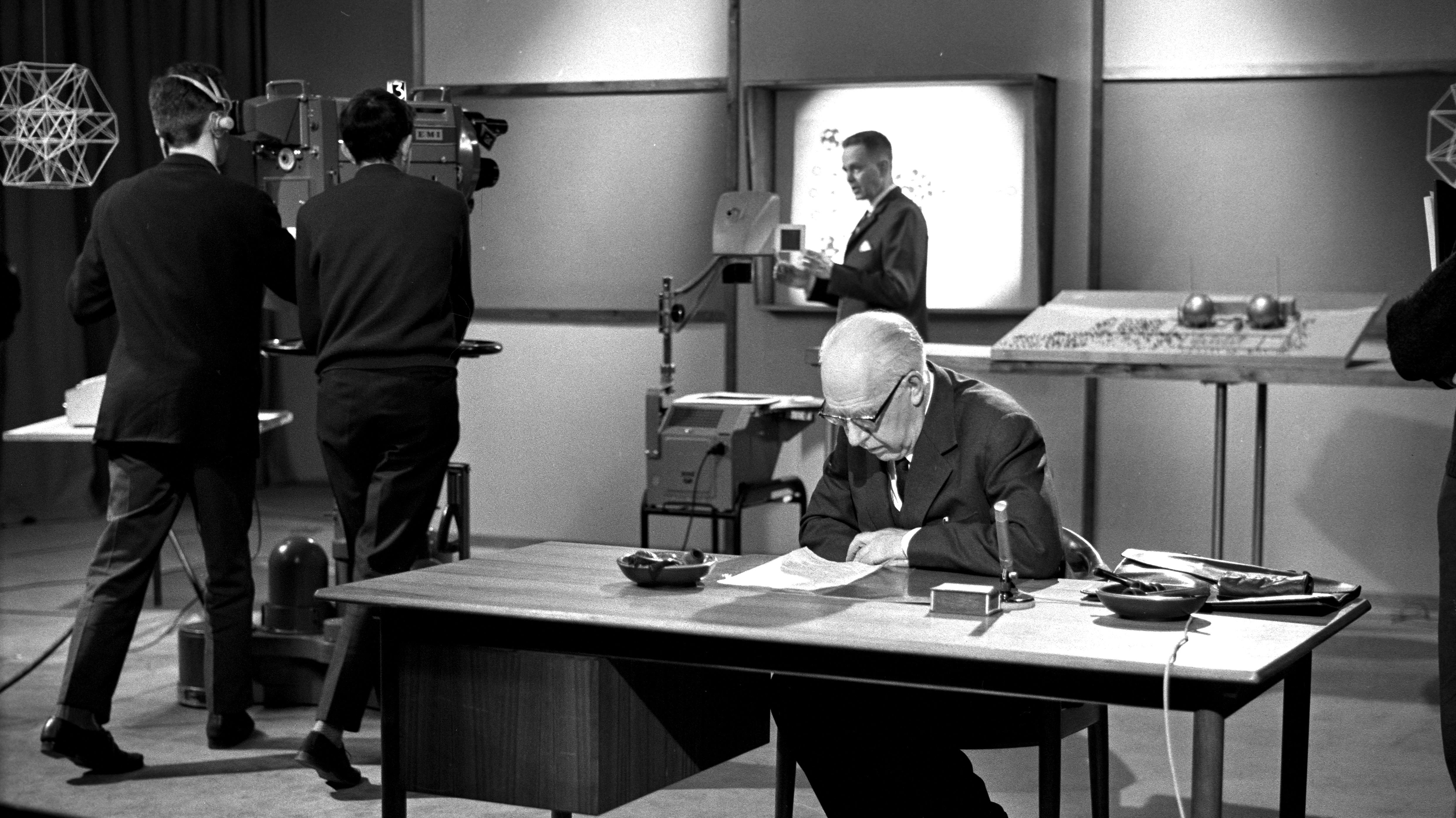 skole_tv_udsendelse_atomerne_1962_medvirkende_niels_bohr_1688_210367.jpg