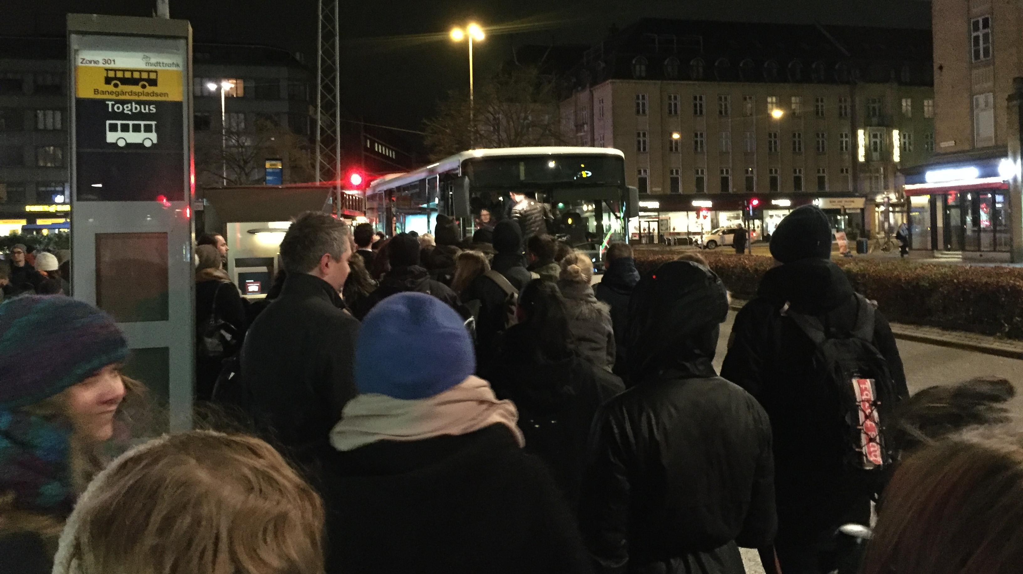 Pendlere i Aahus venter på togbusser
