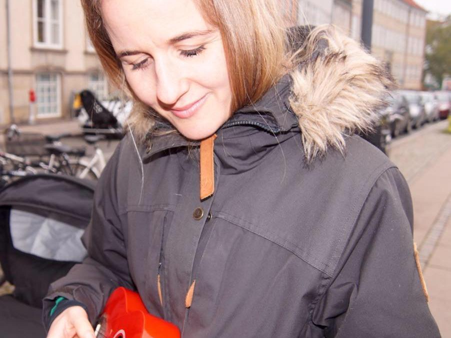 marianne_med_ukulele.jpg