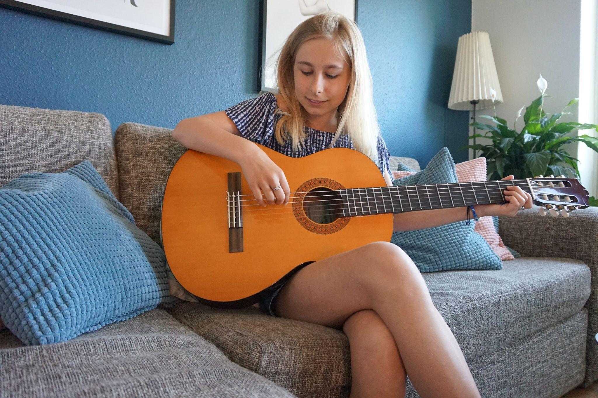 ida-malou_guitar_-_kopi.jpg
