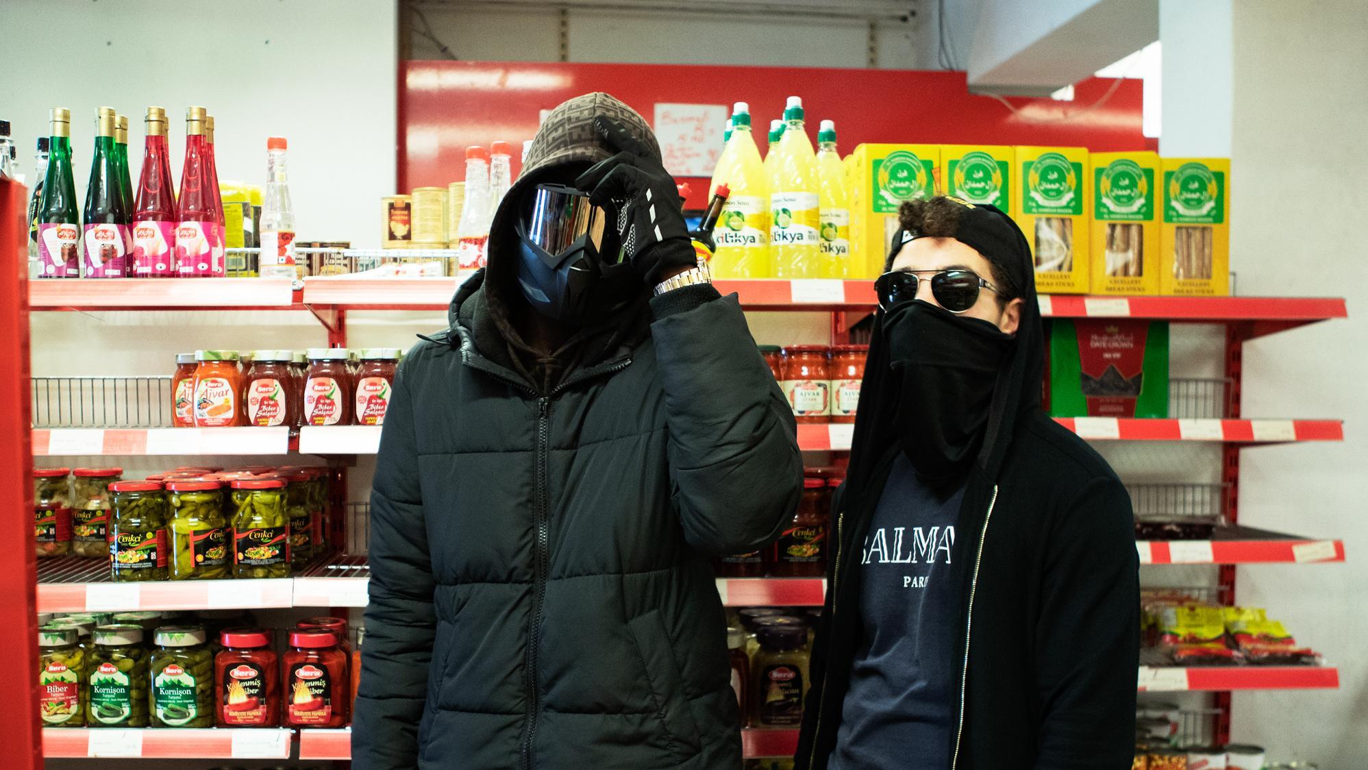 Tan og Belly i kiosken