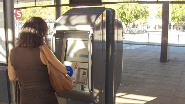 billetautomat_med_kvinde.jpg