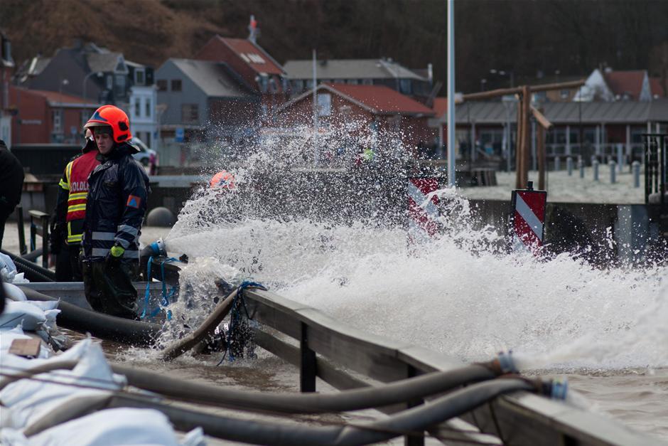 BILLEDER Brandfolk kæmper mod vandet | Vejret | DR