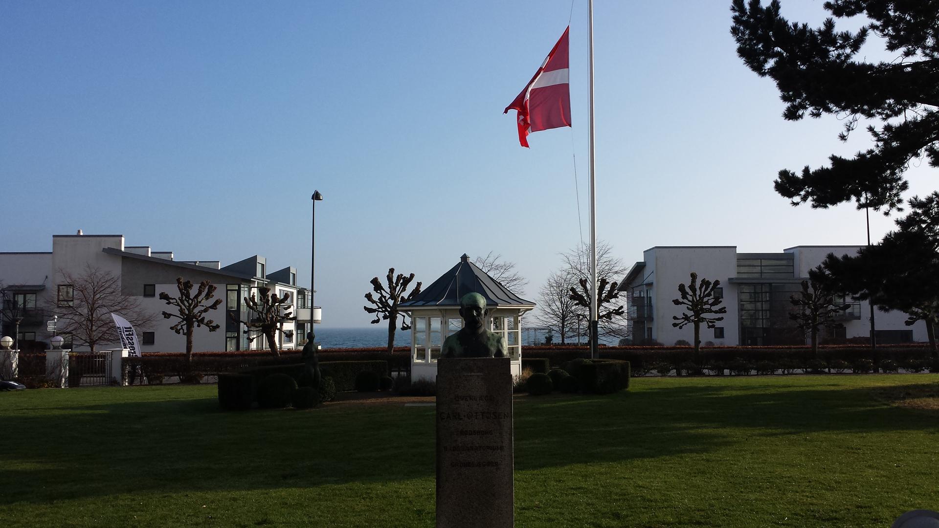 Solskinsdag med flaget på halv