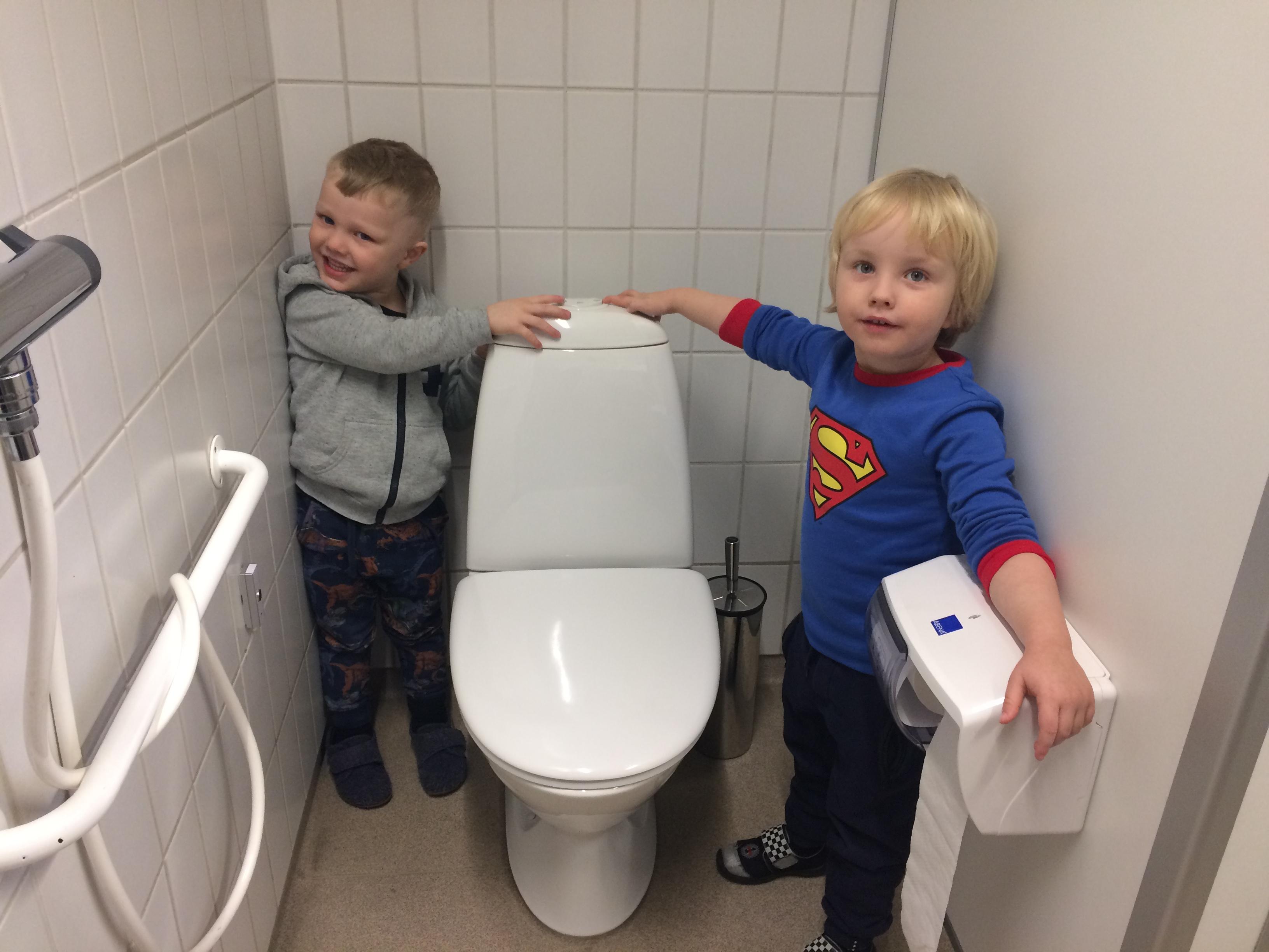 Børn på toilettet