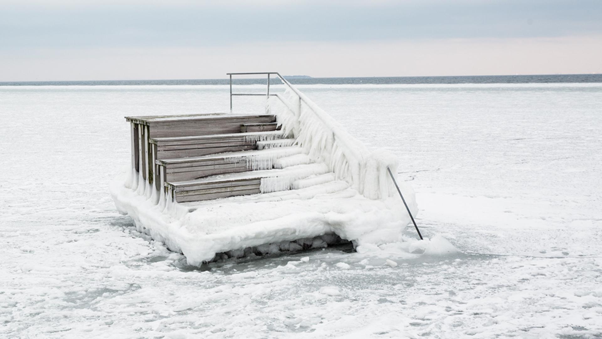 Isen pakker på østvendte kyster her en badeplatform i Øresund