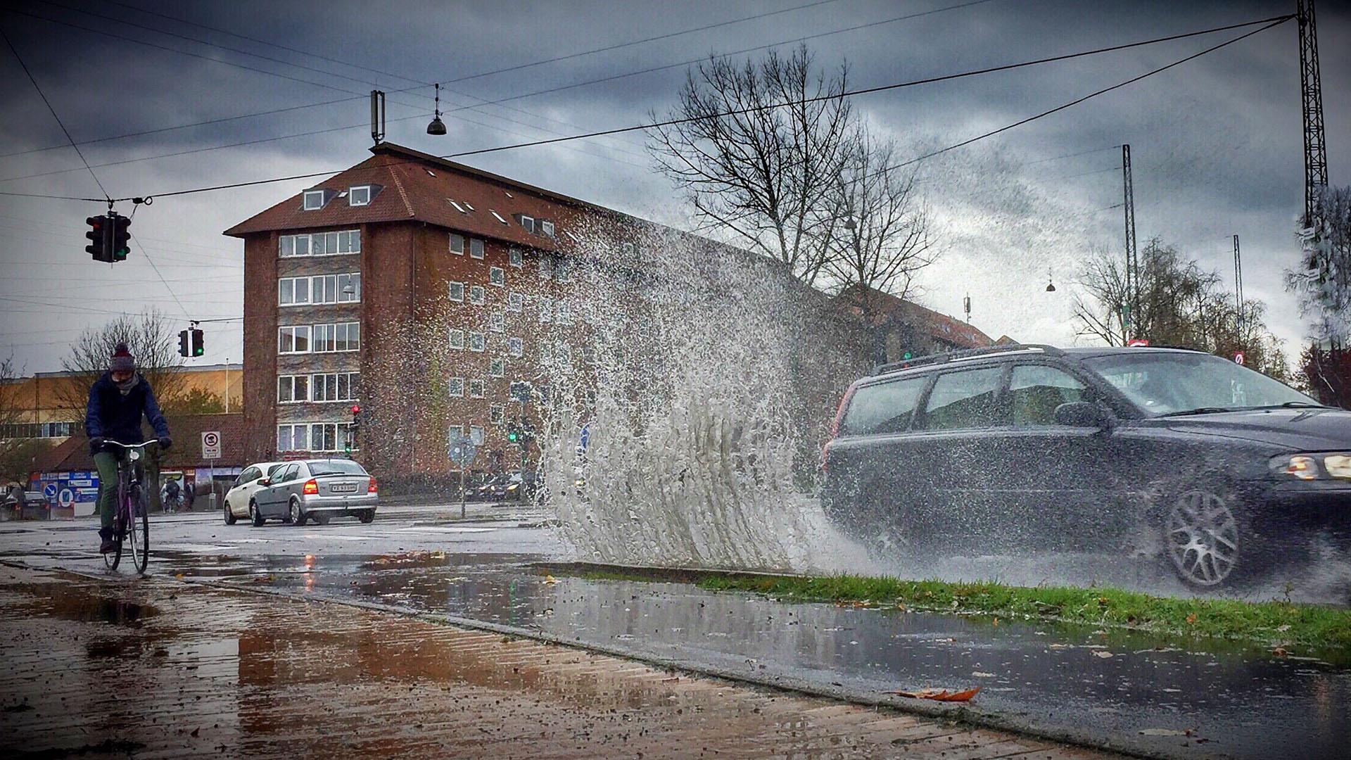 Regnvejr og vandpytter