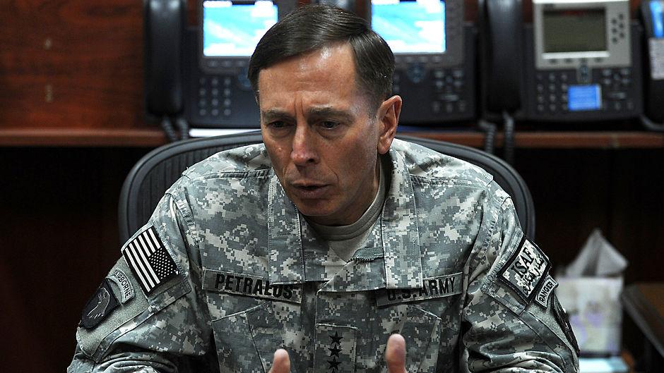 Droner og kanoner: Petraeus, i nationens tjenesten