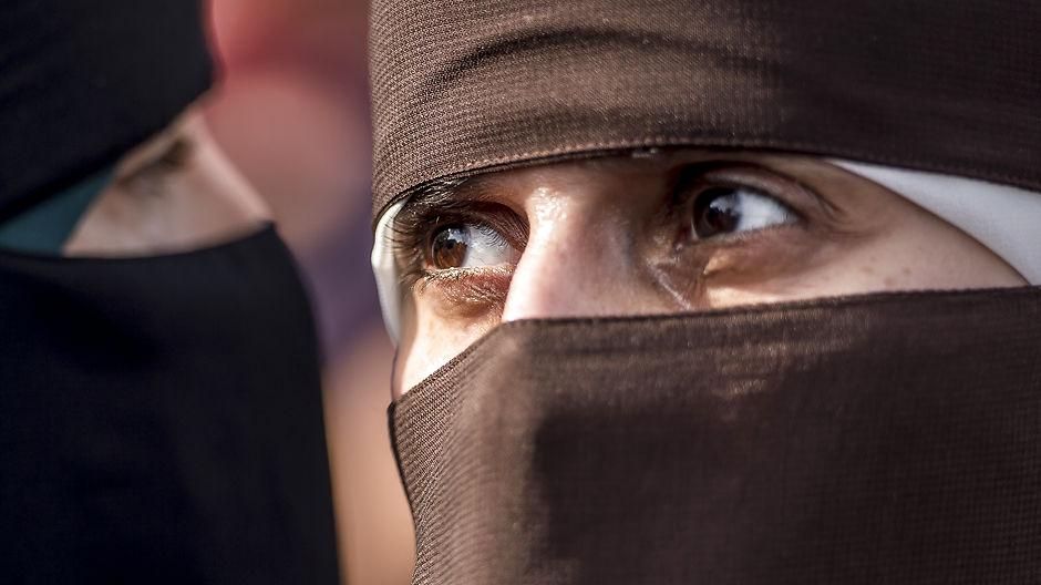 Shitstorm: Burkakvinden, der krammede politibetjenten