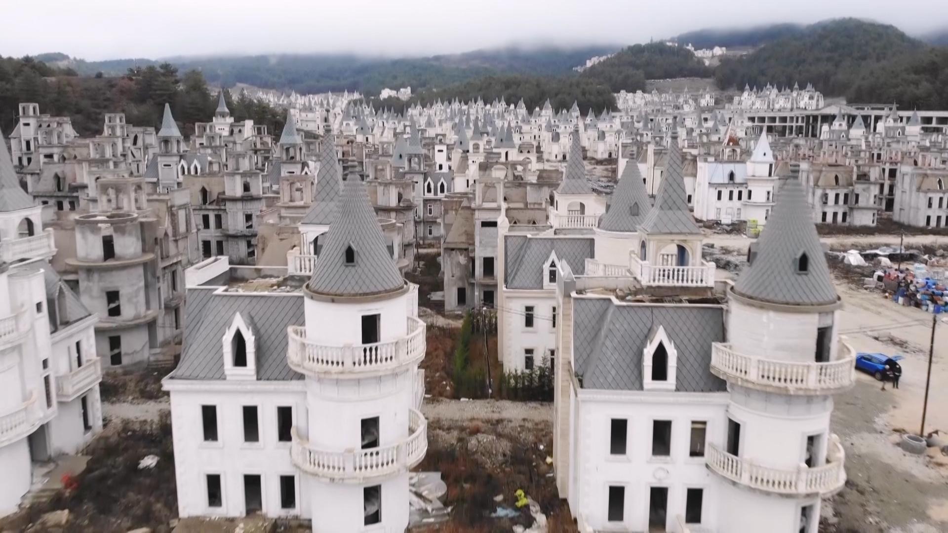 Skulle have været Disney-paradis i Tyrkiet: Nu står by af 732 slotte og forfalder
